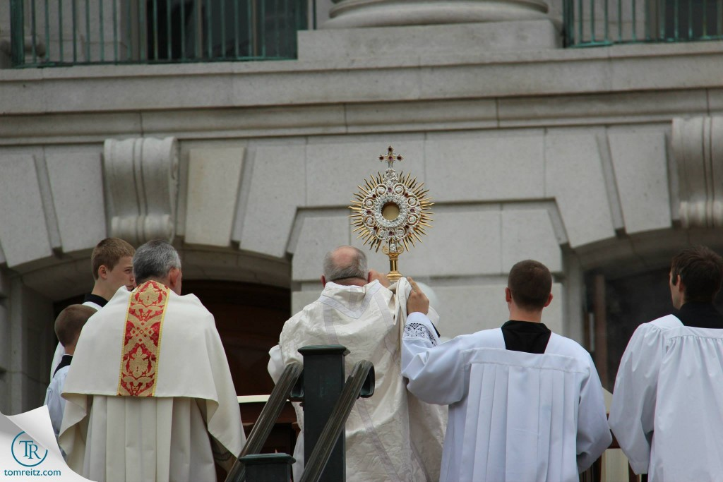 15 Incensing the Monstrance